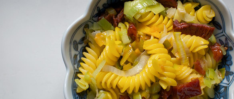 Pasta con porri, pomodori secchi e zafferano - Cheap and Chop