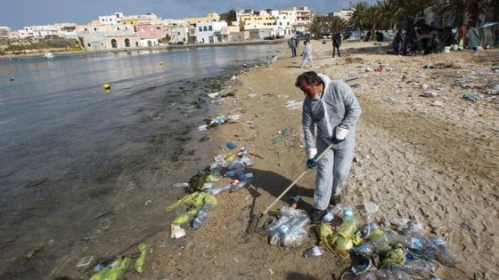 Spiagge pulite, volontari al lavoro in tutta Italia: caccia alla plastica - Repubblica.it