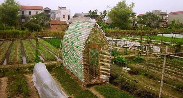 Vivero de plantas fabricado con bambú y botellas de plástico