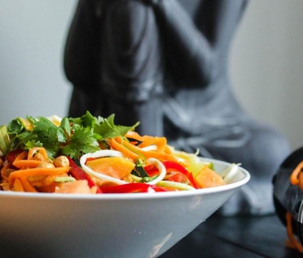 Gemüsenudeln mit Erdnuss-Limetten Sauce   minzgrün