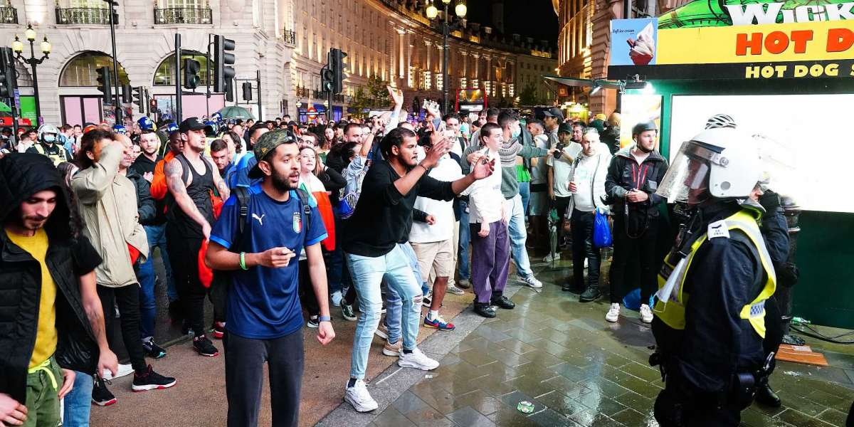 Англия может столкнуться с запретом на использование стадионов после фиаско фанатов финала Евро-2020