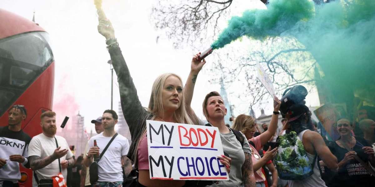 Тысячи людей собрались в Лондоне, чтобы протестовать против использования вакцины COVID-19
